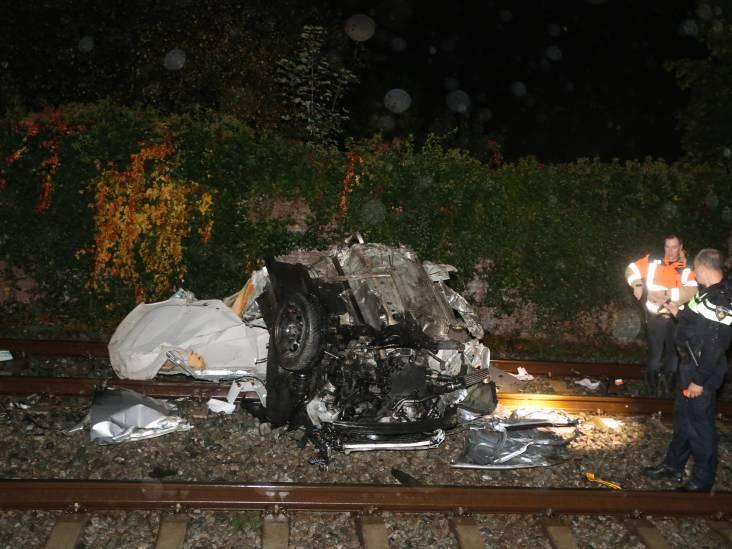 Auto krijgt midden op spoorwegovergang pech en wordt geramd door trein, bestuurder lichtgewond