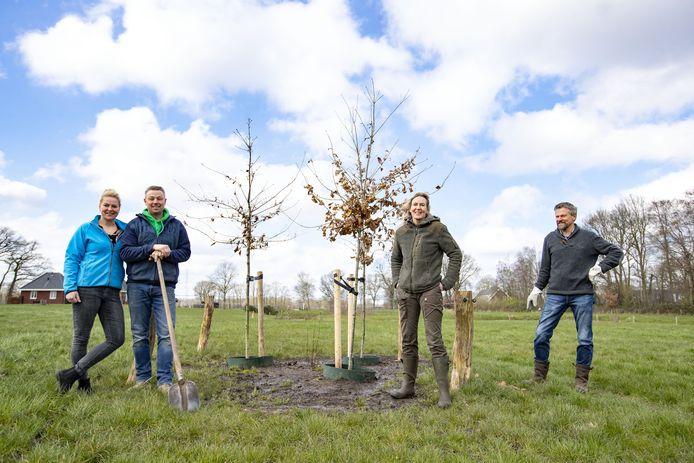 De betrokkenen van het bomenproject in Tusveld bij elkaar. V.l.n.r. Joyce en Emiel Schabbink, Miriam ten Velde en, namens de Dorpsraad Bornerbroek, Jan Bartels.