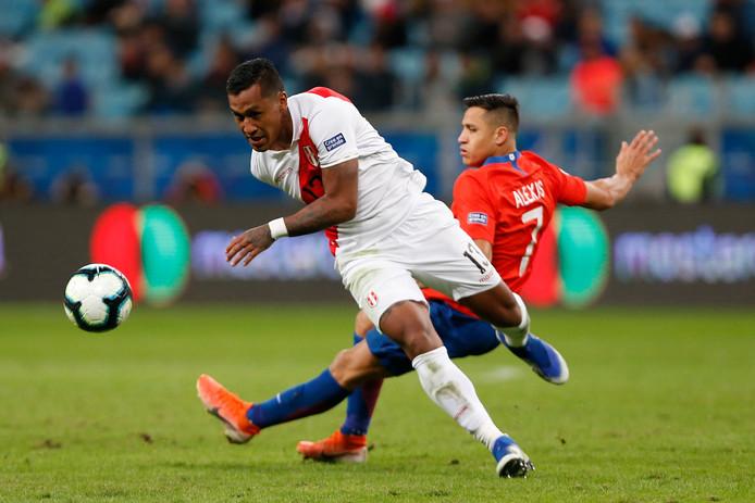 Renato Tapia in duel met Alexis Sanchez