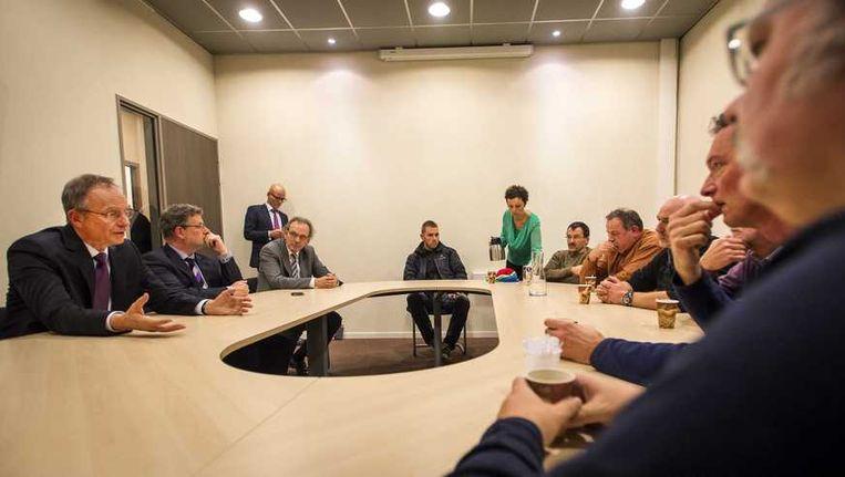 Minister van Economische Zaken Henk Kamp (links) in gesprek met actievoerders, gisteren. Beeld anp