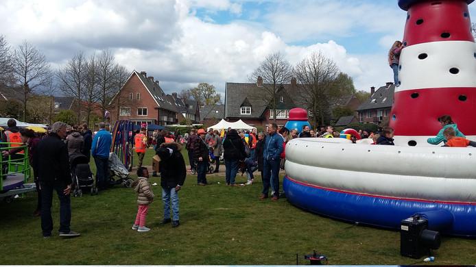 Kinderspelen op het Burgemeester Brandtplein tijdens Koningsdag in Velp in 2017.