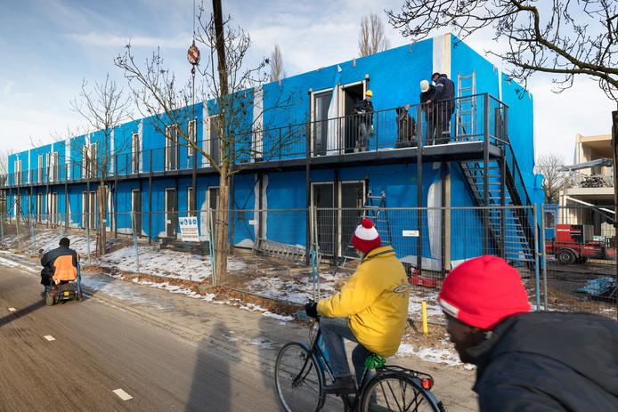 Woningen voor spoedzoekers in aanbouw op de Bruistensingel tegenover het Piersoncollege. De bewoners zitten er inmiddels in.