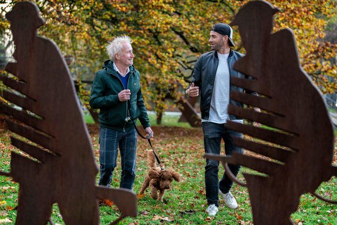 Theo Verbruggen en Joris van den Bergh samen aan de wandel.