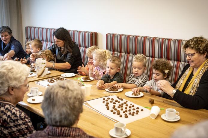 Bij de eerste activiteit tussen ouderen van TMZ en peuters van peuterspeelzaal De Kampboertjes, gingen ze samen pepernoten bakken.