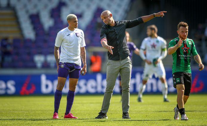 Vincent Kompany geeft instructies aan Lukas Nmecha, de maker van de 1-0.