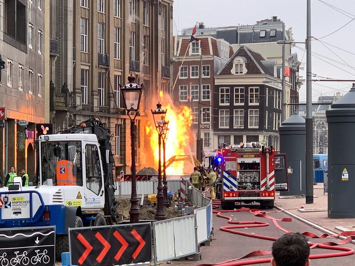 De vlammen komen tot aan de tweede verdieping van het hotel.