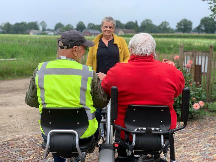 Wim Claassen op de duofiets met Francien,  Gerrie brengt ze even naar de poort.
