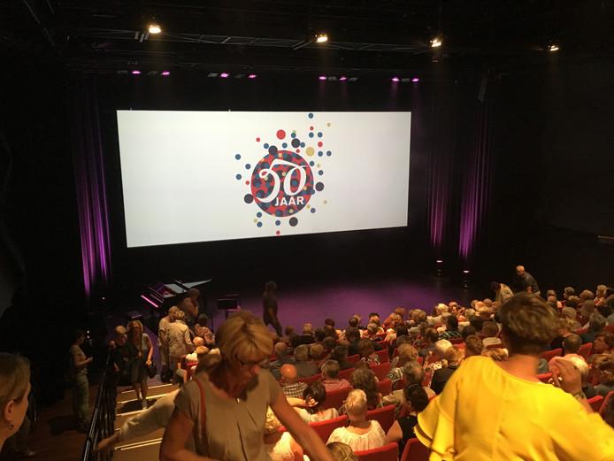 Bezoekers zoeken een plek bij aanvang van de presentatie van de programmering van Theater De Lievekamp in het seizoen 2018/2019