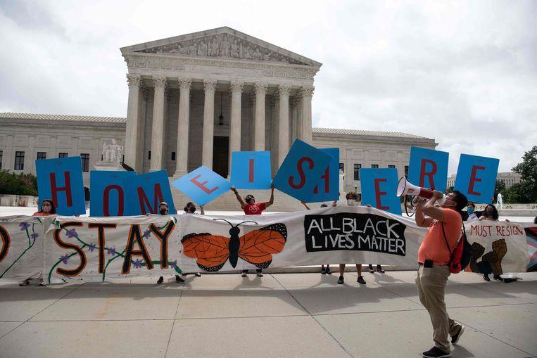 Tegenstanders van afschaffing van de bescherming van jonge immigranten voeren donderdag actie voor het  Hooggerechtshof in Washington. Beeld AFP