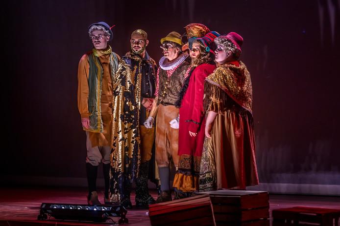 De kostuums en grime in deze musicalvoorstelling zijn sprookjesachtig en kleurrijk.