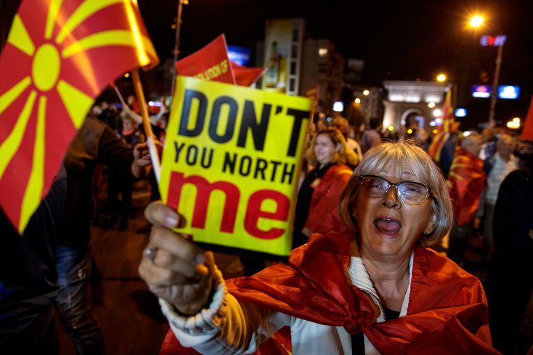 Tegenstanders van het referendum vieren feest in Skopje, nadat bekend wordt dat slechts iets meer dan een derde van de 1,8 miljoen kiesgerechtigde Macedoniërs naar de stembus is gegaan. Daarmee is de kiesdrempel van vijftig procent niet gehaald.  Beeld EPA