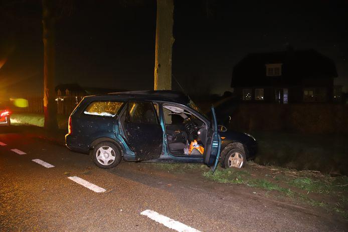 Het zwaar beschadigde voertuig na de crash.