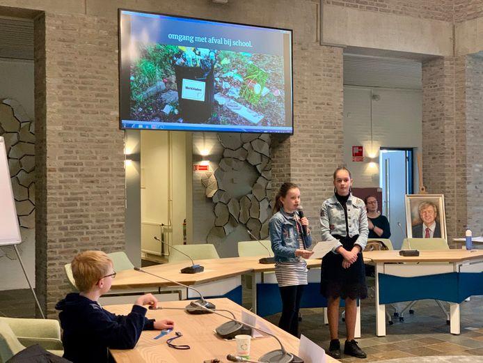Leden van de jeugdgemeenteraad van Gilze en Rijen vertellen over hun onderzoek én geven tips om het zwerafval rond scholen te verminderen.