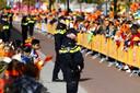 Politie maakt zich op voor de komst van de koninklijke familie tijdens Koningsdag 2017 in Tilburg.