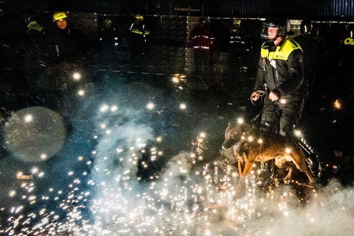 Ter voorbereiding op de jaarwisseling oefenen politieagenten en brandweerlieden op hoe om te gaan met relschoppers die hen belagen met vuurwerk.