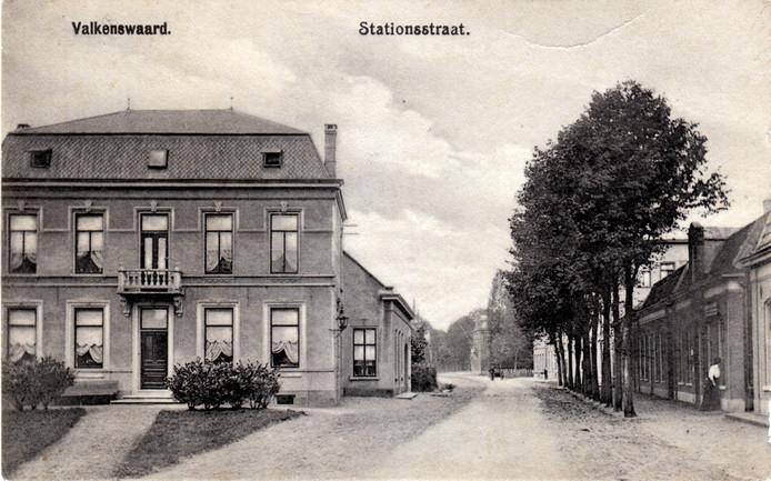 Een briefkaart uit 1916 van de Stationsstraat in Valkenswaard. De kaart is gericht aan de heer Huizenga in Leeuwarden.