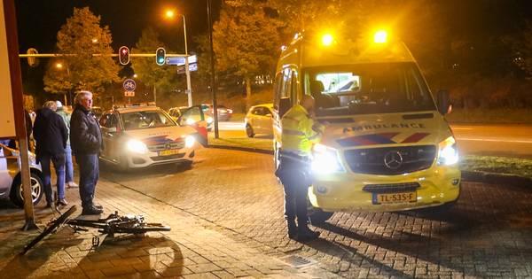 Fietser gewond na mogelijk opzettelijke aanrijding door automobilist in Apeldoorn.