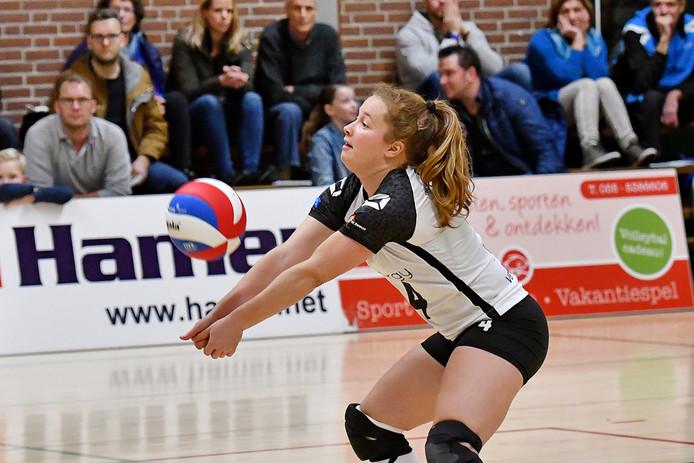 Libero Kim de Wild had met Regio Zwolle Volleybal na twee nederlagen weer wat te vieren.