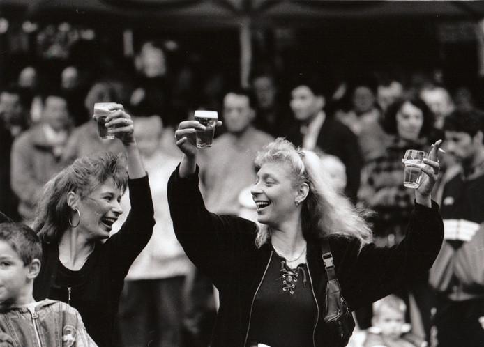 Twee bezoeksters van de Nacht van het Levenslied op het Stationsplein in Eindhoven, 9 juni 1995.