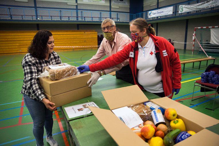 Half juni: het Rode Kruis deelt in Zwolle verse voedselpakketten uit aan mensen die door de coronacrisis hun baan zijn kwijtgeraakt. Beeld Arie Kievit