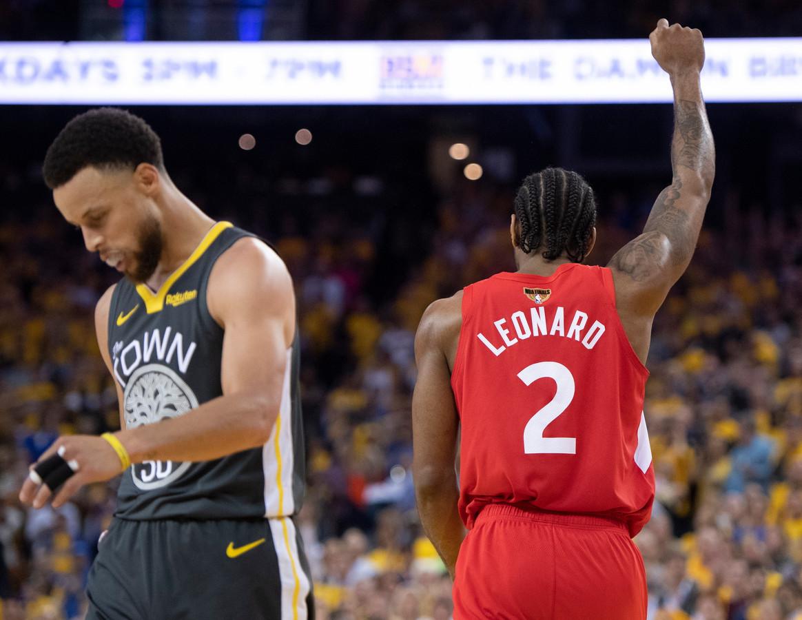Beaux joueurs, les Warriors de Stephen Curry félicitent les  Raptors de Kawhi Leonard.