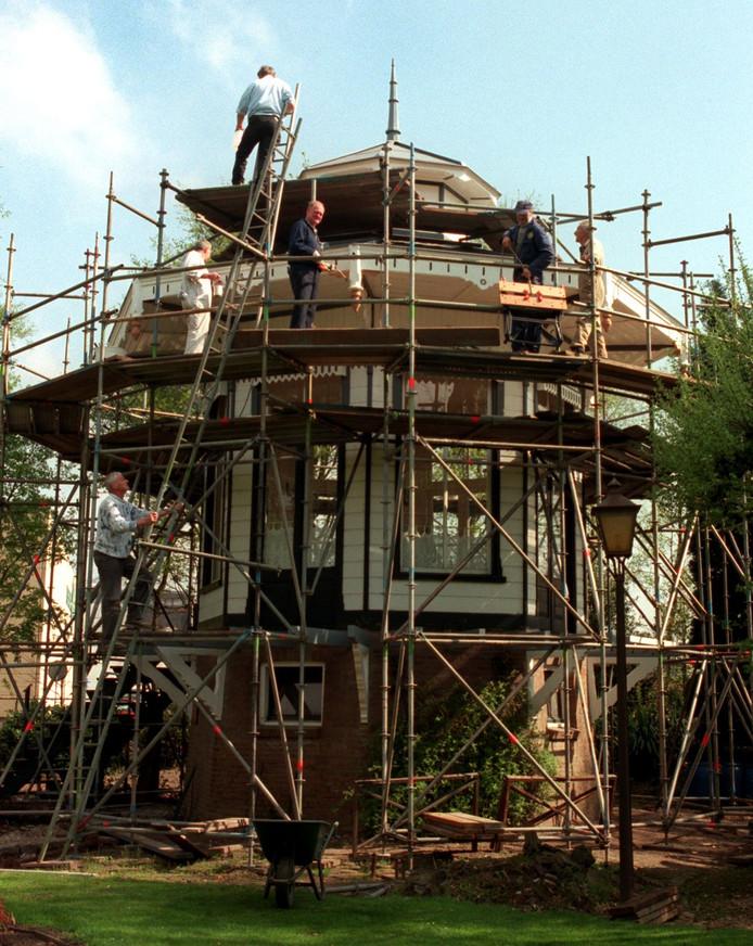 OOSTERHOUT - Het monumentale theehuis uit de Waterloostraat werd in 1982  van zijn fundering getild door een zware hijsinstallatie. Het theehuisje dat achter in de tuin van een jugendstil-villa stond, verhuisde naar de Floraliatuin aan de Beneluxweg. In 1999 (zie foto hierboven) werd het huisje opgeknapt door vrijwilligers. Op de plaats van de villa staat nu theater De Bussel.