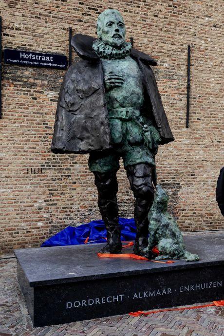 Hondje van Willem van Oranje krijgt uit protest een sjaal omgeknoopt