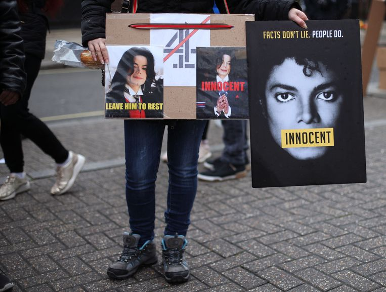 Fans van Michael Jackson protesteren voor aanvang van het uitzenden van Leaving Neverland voor de redactie van Channel 4 in Londen, 06-03-2019. Beeld Hollandse Hoogte