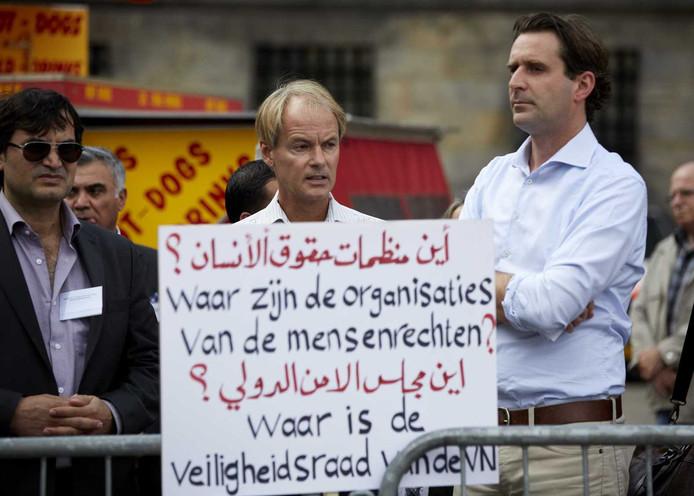 Kamerleden Harry van Bommel (M, SP) en Michiel Servaes (R, PvdA) tijdens een anti-IS-demonstratie op de Dam.
