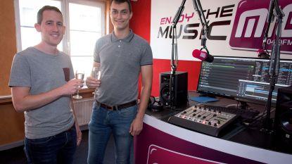 Radio MIG trekt met politici op café