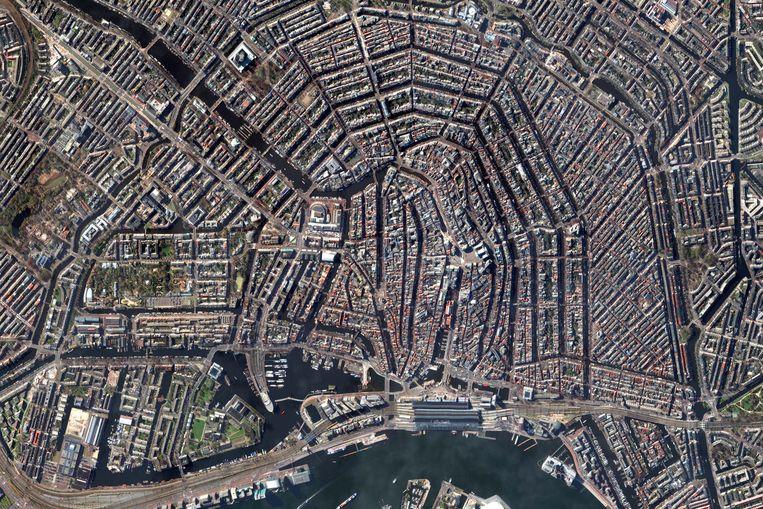 Alle inwoners van Amsterdam bekijken de crisis vanuit hun eigen situatie. Beeld DigitalGlobe via Getty Images