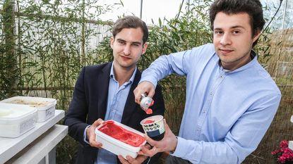 Jorgo en Nicolas serveren ijs met alcohol
