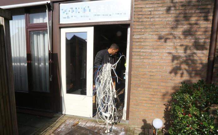 De politie ontmantelde in Helvoirt een hennepkwekerij met honderden planten.