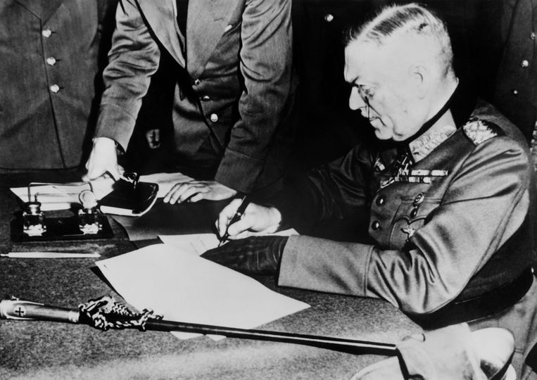 Generaal-veldmaarschalk Wilhelm Keitel tekent voor de Duitse capitulatie. Beeld AFP