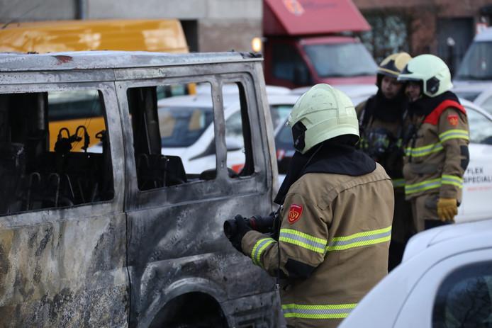 Aan het Raadhuishof in Oss is maandagochtend een bestelbus uitgebrand.
