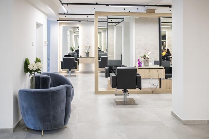 Kapsalon Hands for Hair is onlangs verhuisd naar een nieuwe ruimte aan de Brinkstraat .