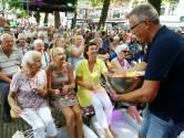 Senioren genieten van ijsjes, advocaat en Saskia en Serge op de Gorcumse Varkenmarkt