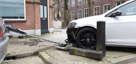 Vluchter botst met auto tegen paal en muur van woning in Utrecht