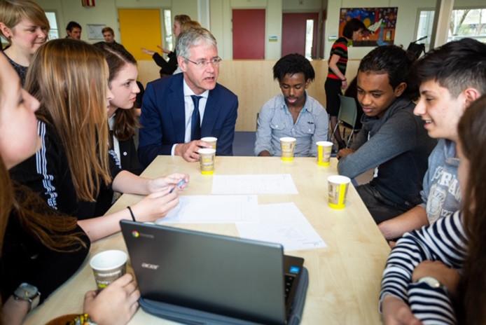 Arie Slob praat met jongeren van de Taalschool en trainees van het Greijdanus.