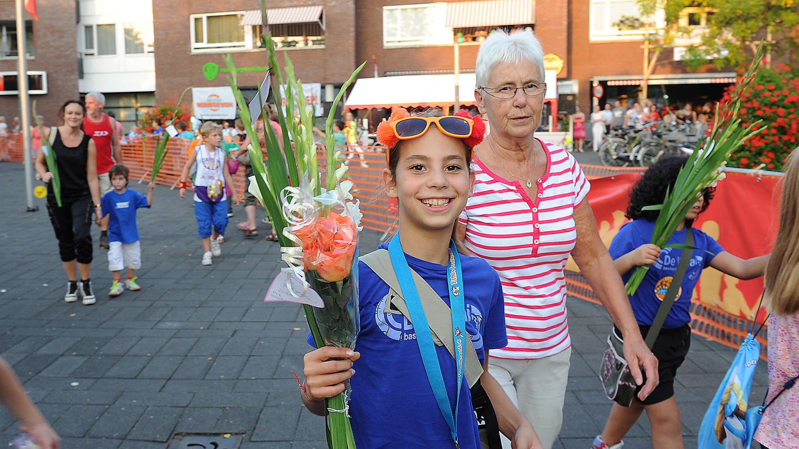 Intocht van de avondvierdaagse in 2011. Inmiddels is het aantal deelnemers verdubbeld.