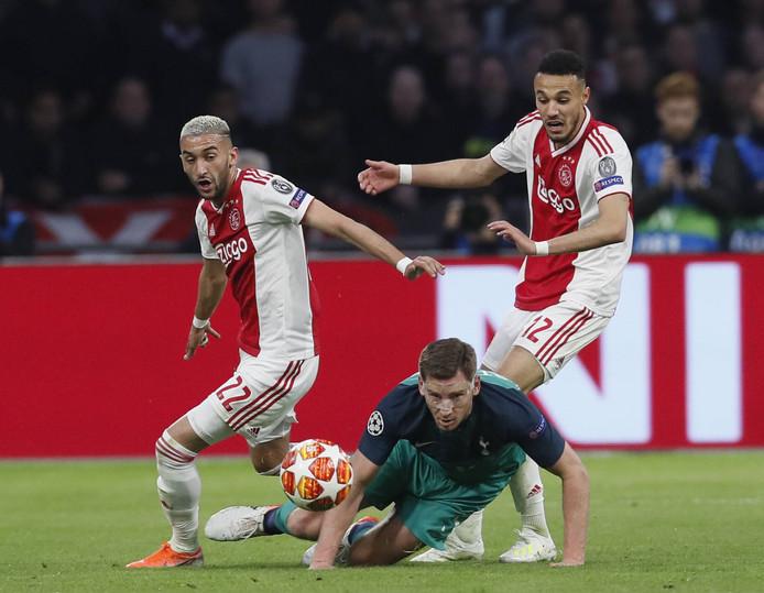 Hakim Ziyech en Noussair Mazraoui tijdens het duel met Tottenham Hotspur.