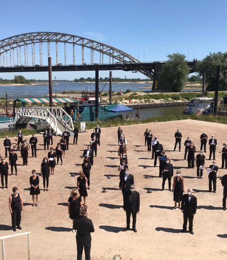 Gelderse koren neuriën in Nijmegen uit protest tegen verbod op zingen