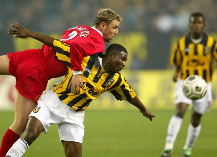Emile Mbamba namens Vitesse in duel met  Liverpool-speler Stephane Henchoz.