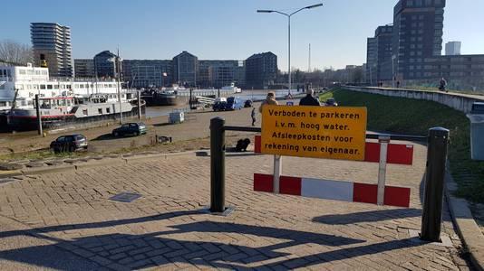 Sinds dinsdag wordt gewaarschuwd dat er op de parkeerplaats in de Waalhaven niet meer mag worden geparkeerd.