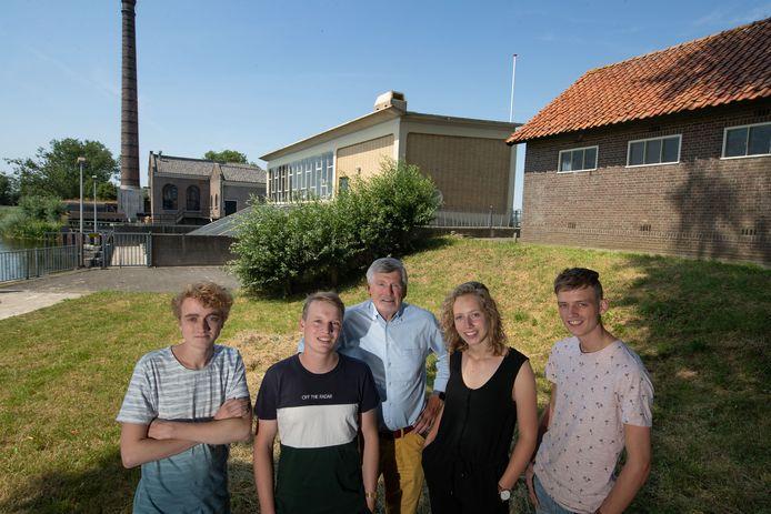 Stichtingsvoorzitter Aart van der Maat met de Cibap-studenten Dionn Hoeijenbosch, Dave Haverkort, Anaïs Meijer en  Menno Sluimers (vlnr) met rechts de loods die een museum moet worden. Links staat het stoomgemaal, ernaast het elektrische gemaal.