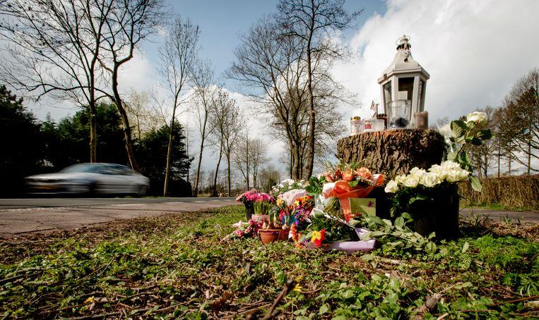 Bloemen en kaarsjes op de plek in het Nederlandse Loosdrecht waar de 19-jarige Fleur werd doodgereden. (Archieffoto 2016)
