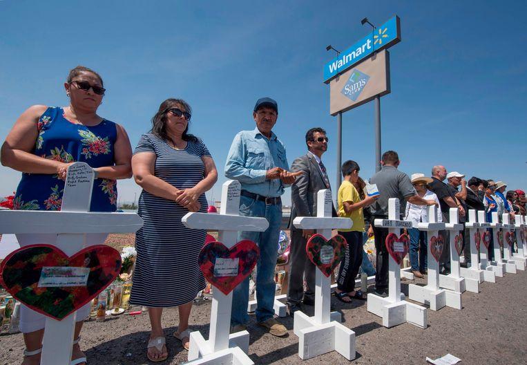 Amerikanen rouwen bij een tijdelijk monument voor de slachtoffers van de schietpartij in El Paso, Texas, Verenigde Staten.