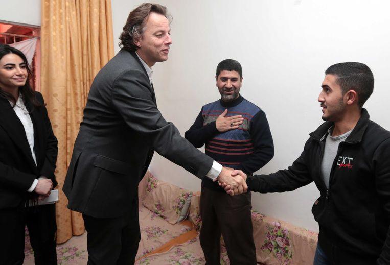 Minister Bert Koenders (2eL, Buitenlandse Zaken) heeft een ontmoeting met een Syrische vluchtelingenfamilie tijdens zijn bezoek aan Jordanie. Beeld ANP Handouts