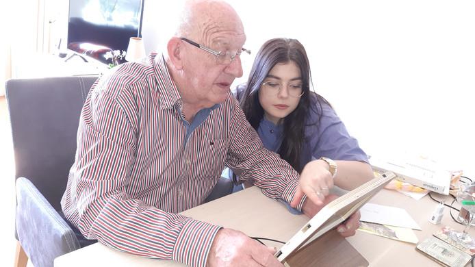 Henk Kok neemt met kleindochter Sanne de mogelijkheden op de tablet door.  De Twellonaar is een van de eersten die dankzij een 'corona-actie' van ondernemers en inwoners in Zutphen/Deventer over de tablet beschikt om eenzaamheid te voorkomen.