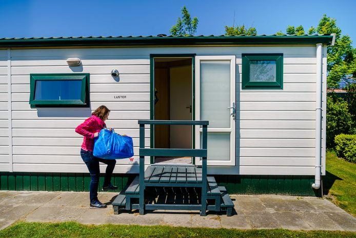 Campinggasten betrekken hun chalet op minicamping Boogaard in Zoutelande, waar het geleidelijk drukker wordt.